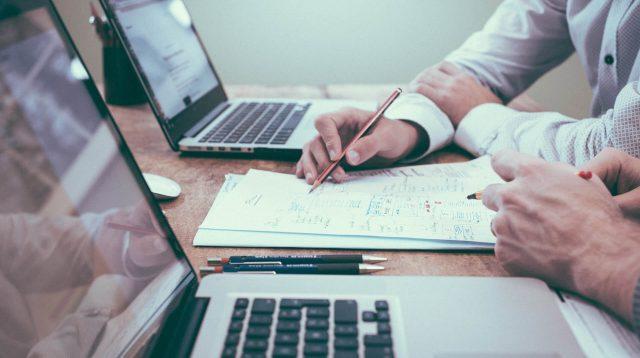 Hände am Laptop für Beratung und Schulung